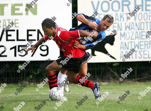 2010-07-21 / Seizoen 2010-2011 / Voetbal / S.K. Wilrijk - K. Rupel Boom / Mattis Persoons van Rupel Boom en zijn belager van Wilrijk..Foto: mpics