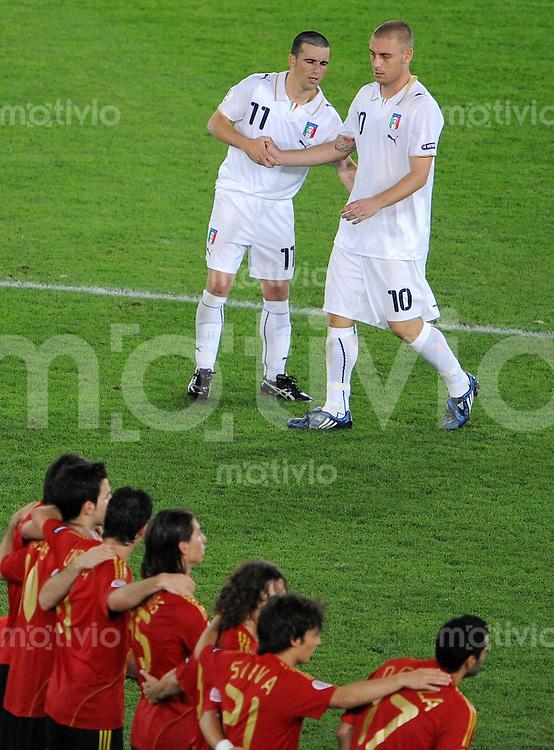 FUSSBALL EUROPAMEISTERSCHAFT 2008  Spanien - Italien    22.06.2008 Die Ungluecksschuetzen Daniele DE ROSSI (r) und Antonio DI NATALE (ITA,) nach dem vergebenen Elfmeter von DE ROSSI.
