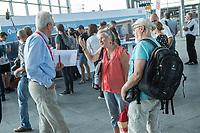 """Quatlitaetsoffensive """"S-Bahn PLUS"""" der Berliner S-Bahn.<br /> Die Berliner DB-Fuehrungsmannschaft stellte sich am Dienstag den 7. August 2018 auf dem S-Bahnhof Suedkreuz den Fragen und Anregungen ihrer Fahrgaeste. Dabei kamen von den Fahrgaesten Zugausfaelle, Verspaetungen, mangelnder Schienenersatzverkehr und schlechte Kommunikation zur Sprache. DB-Mitarbeiter fuehrten lange Gespraeche und mussten sich zum Teil auch harsche Kritik anhoeren.<br /> Peter Buchner, Vorsitzender der Geschaeftsfuehrung der S-Bahn Berlin und Alexander Kaczmarek, Konzernbevollmaechtigter der Deutschen Bahn fuer Berlin und Brandenburg, informierten zudem Fahrgaeste ueber das Program der Quatlitaetsoffensive """"S-Bahn PLUS"""". Sie wollen bis zum 21. August 2018 an fuenf grossen Bahnhoefen in Berlin und Potsdam mit den Fahrgaesten ins Gespraech kommen.<br /> Im Bild: Ein Bahnmitarbeiter, links, im Gespraech mit Fahrgaesten.<br /> 7.8.2018, Berlin<br /> Copyright: Christian-Ditsch.de<br /> [Inhaltsveraendernde Manipulation des Fotos nur nach ausdruecklicher Genehmigung des Fotografen. Vereinbarungen ueber Abtretung von Persoenlichkeitsrechten/Model Release der abgebildeten Person/Personen liegen nicht vor. NO MODEL RELEASE! Nur fuer Redaktionelle Zwecke. Don't publish without copyright Christian-Ditsch.de, Veroeffentlichung nur mit Fotografennennung, sowie gegen Honorar, MwSt. und Beleg. Konto: I N G - D i B a, IBAN DE58500105175400192269, BIC INGDDEFFXXX, Kontakt: post@christian-ditsch.de<br /> Bei der Bearbeitung der Dateiinformationen darf die Urheberkennzeichnung in den EXIF- und  IPTC-Daten nicht entfernt werden, diese sind in digitalen Medien nach §95c UrhG rechtlich geschuetzt. Der Urhebervermerk wird gemaess §13 UrhG verlangt.]"""