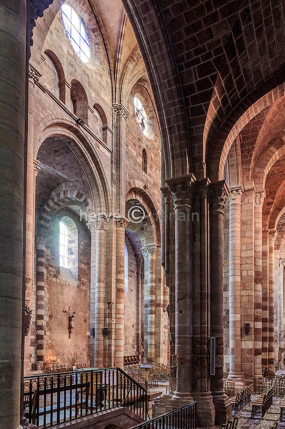 France, Haute-Loire (43), Brioude, la Basilique Saint-Julien de Brioude, les piliers de la nef // France, Haute Loire, Brioude, Basilica of Saint Julien columnes of the nave