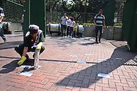 SAO PAULO,SP - 24.10.14 - ELEIÇOES 2014 CAMINHADA DO PT  PATRIARACA SP.<br />Funcionaria do Metro limpa sujeira de adesivo colocados por miltantes petistas na porta do Metro na Pça Patriarca em São Paulo ( Foto: Aloisio Mauricio / Brazil Photo Press )