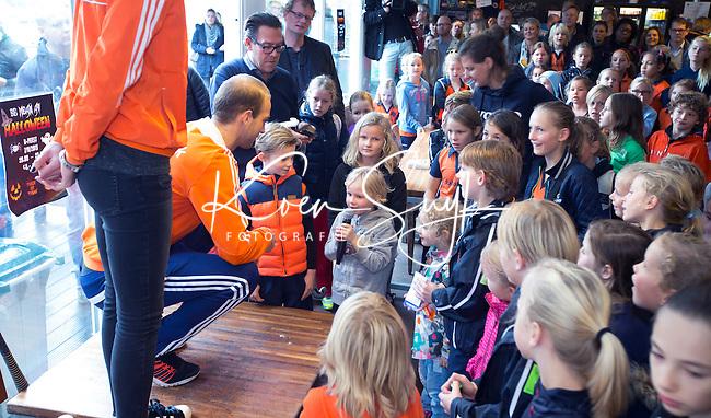 HILVERSUM - 't Spandersbosch. Hockey Internationals Naomi van As en Billy Bakker met de Oranjevolvo on tour langs verschillende hockeyclubs, om met de kinderen op de foto te gaan en handtekening uit te delen.  Foto KOEN SUYK