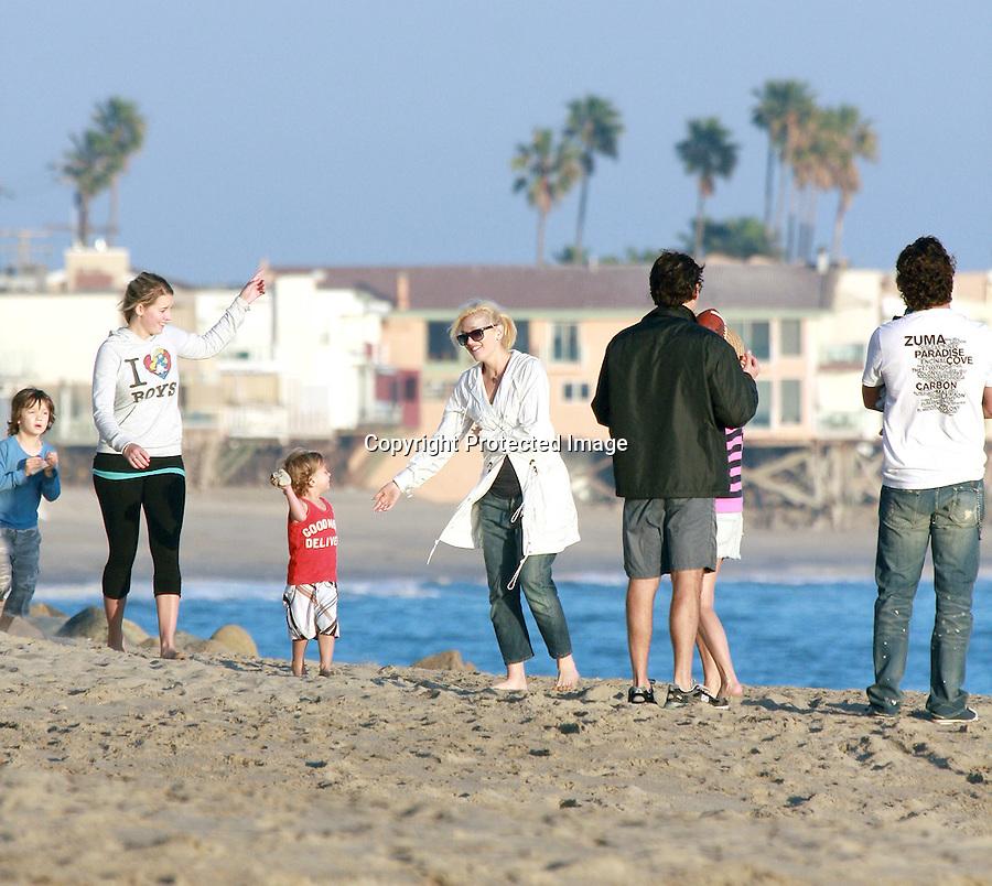 2-1-09  Sunday.Gwen stefani gavin rossdale and there baby zuma  on the beach in Malibu ca..www.AbilityFilms.com.805-427-3519.AbilityFilms@yahoo.com