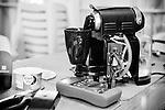 Jean-Michel s'occupe de la machine à café de Roselyne au Repair Café de Beaufort-en-Vallée (Maine-et-Loire).