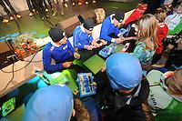 SCHAATSEN: HEERENVEEN: Thialf, KPN NK Allround, 04-02-2012, Team 1nP, Handtekeningenjagers, KPN Clubhuis, ©foto: Martin de Jong