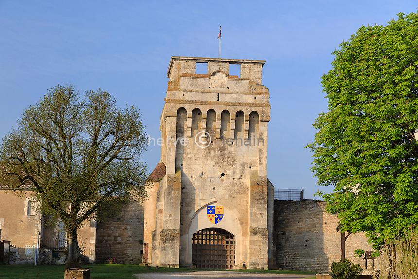 France, la Puisaye, Yonne (89), Druyes-les-Belles-Fontaines, entrée du château fort // France, the Puisaye, Yonne, Druyes-les-Belles-Fontaines, the castle