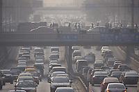 PEK24 - PEKÍN (CHINA), 24/11/2011.- Aspecto del pesado tráfico a mitad de mañana, en medio de un aire contaminado hoy, viernes 25 de noviembre de 2011, en Pekín (China). Mientras China se prepara para la Conferencia de Cambio Climático de Durban, se ha expedido un manual sobre el progreso a la fecha del combate contra las emisiones de carbón y el apoyo a las iniciativas ecológicas para contrarestar las críticas esperadas por el contaminador número uno del planeta. EFE/ADRIAN BRADSHAW
