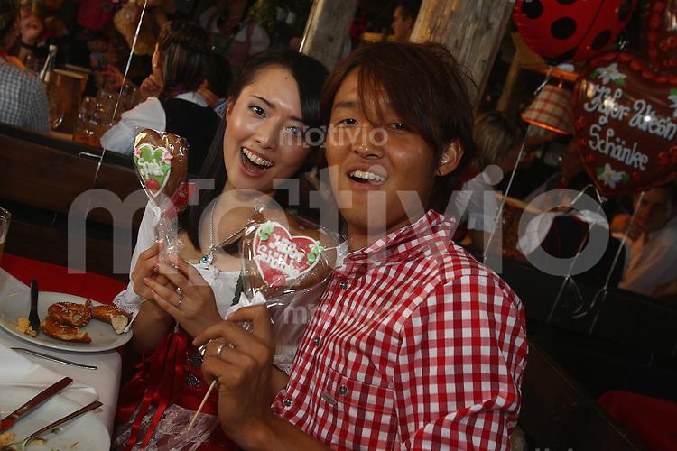 FUSSBALL 1. BUNDESLIGA   SAISON 2011/2012 Die Mannschaft des FC Bayern Muenchen besucht das Oktoberfest am 02.11.2011 Takashi Usami mit Frau Ran  (FC Bayern Muenchen)