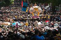 Círio de Nazaré, considerada a maior procissão religiosa do Brasil. Milhares de promesseiros e devotos acompanham a procisão ultrapassando 1 milhão de pessoas.<br /> Belém, Pará, Brasil<br /> Foto Eduardo Kalif / Acervo H<br /> 10/10/2015