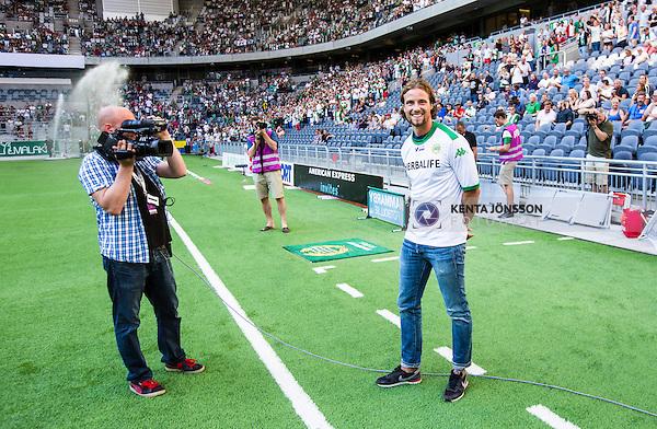 Stockholm 2014-07-20 Fotboll Superettan Hammarby IF - &Ouml;sters IF :  <br /> Hammarbys Linus Hallenius h&auml;lsas v&auml;lkommen tillbaka till Hammarby innan matchen<br /> (Foto: Kenta J&ouml;nsson) Nyckelord:  Superettan Tele2 Arena Hammarby HIF Bajen &Ouml;ster &Ouml;IF supporter fans publik supporters portr&auml;tt portrait jubel gl&auml;dje lycka glad happy