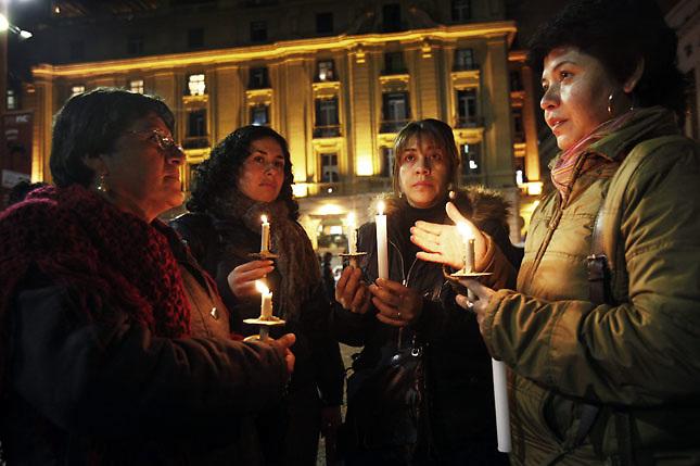 """SCH07. SANTIAGO (CHILE), 16/08/2011.- Cientos de manifestantes participan hoy, martes 16 de agosto de 2011, en una """"velatón"""" en apoyo a los estudiantes que realizan una huelga de hambre desde hace 29 días y que demandan una educación pública, gratuita y de calidad, en Santiago (Chile). EFE/Felipe Trueba.."""