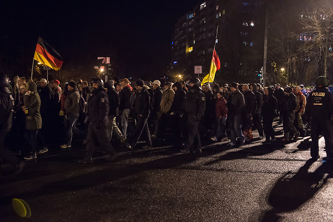 Am Montag den 24. November 2014 demonstrierten ca. 700 Neonazis, Hooligans, NPD-Mitglieder und Mitglieder der Neonazipartei &quot;Die Rechte&quot;, sowie eine sog. &quot;Buegerbewegung Hellersdorf&quot; in Berlin Marzahn-Hellersdorf mit einer &quot;Montagsdemo&quot; gegen eine geplante Unterkunft fuer Fluechtlinge.<br /> Die Demonstrationsteilnehmer bruellten aggresiv Parolen gegen Fluechtlinge, die geplante Unterkunft - &quot;Nein zum Heim&quot; und die anwesenden Journalisten - &quot;Deutsche Presse auf die Fresse!&quot;. Aus der Demonstration heraus wurden Journalisten bespuckt und geschlagen. Etliche Teilnehmer trugen sog. &quot;passive Bewaffnung&quot; (Helme) und waren vermummt.<br /> Die mit mehreren hundert Beamten anwesende Polizei schritt nicht ein.<br /> Gegen den rechten Aufmarsch protestierten 150 Personen.<br /> 24.11.2014, Berlin<br /> Copyright: Christian-Ditsch.de<br /> [Inhaltsveraendernde Manipulation des Fotos nur nach ausdruecklicher Genehmigung des Fotografen. Vereinbarungen ueber Abtretung von Persoenlichkeitsrechten/Model Release der abgebildeten Person/Personen liegen nicht vor. NO MODEL RELEASE! Nur fuer Redaktionelle Zwecke. Don't publish without copyright Christian-Ditsch.de, Veroeffentlichung nur mit Fotografennennung, sowie gegen Honorar, MwSt. und Beleg. Konto: I N G - D i B a, IBAN DE58500105175400192269, BIC INGDDEFFXXX, Kontakt: post@christian-ditsch.de<br /> Bei der Bearbeitung der Dateiinformationen darf die Urheberkennzeichnung in den EXIF- und  IPTC-Daten nicht entfernt werden, diese sind in digitalen Medien nach &sect;95c UrhG rechtlich geschuetzt. Der Urhebervermerk wird gemaess &sect;13 UrhG verlangt.]
