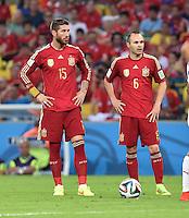 FUSSBALL WM 2014  VORRUNDE    Gruppe B     Spanien - Chile                           18.06.2014 Sergio Ramos, Andres Iniesta (v.l., beide Spanien) sind enttaeuscht