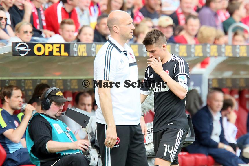 Robert Mak (Nürnberg) marschiert nach der Auswechslung ohne Handschlag einfach an Trainer Roger Prinzen vorbei - 1. FSV Mainz 05 vs. 1. FC Nürnberg, Coface Arena,