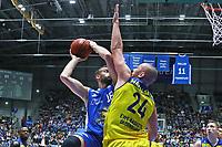 Jonas Wohlfahrt-Bottermann (Fraport Skyliners) gegen Rasid Mahalbasic (EWE Baskets Oldenburg) - 05.11.2017: Fraport Skyliners vs. EWE Baskets Oldenburg, Fraport Arena Frankfurt