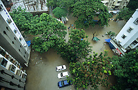 INDIA, Mumbai, Bombay, heavy monsoon rains flood the streets / INDIEN, Mumbai, schwere Monsun Regen ueberfluten die Strassen in Apartment Siedlung
