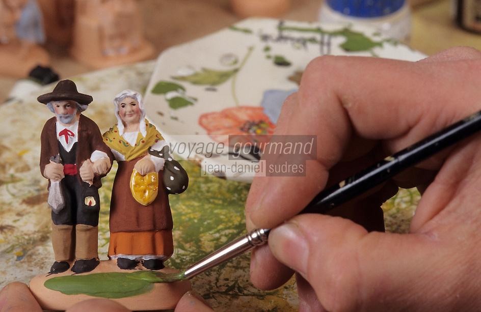 Europe/France/Provence-ALpes-Côte d'Azur/13/Bouches-du-Rhône/Aubagne: Daniel Scaturo peignant un santon (AUTO N°23)