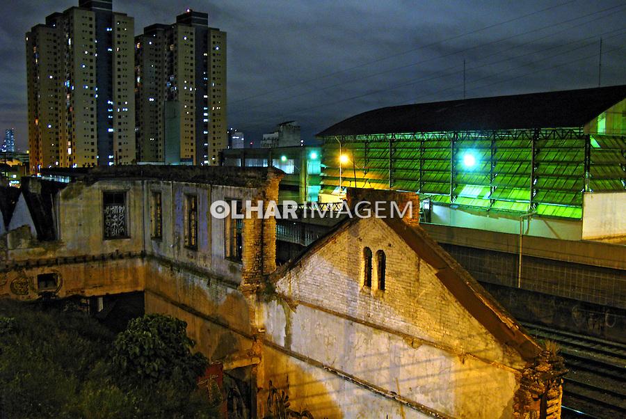 Noite na cidade. Prédios de apartamentos. São Paulo. 2008. Foto de Flávio Bacellar.