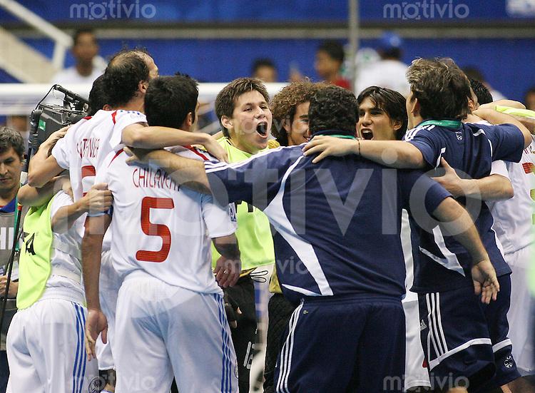 Fussball  International  FIFA  FUTSAL WM 2008   08.10.2008 Vorrunde Gruppe B Italia - Paraguay Italien - Paraguay Das Team von Paraguay jubelt nach dem Schlusspfiff