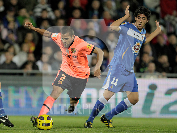 FC Barcelona's Daniel Alves (l) and Getafe's Daniel Parejo during La Liga match.November 07,2010. (ALTERPHOTOS/Acero)