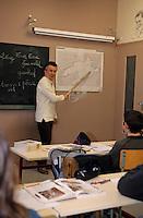Europe/France/Bretagne/29/Finistère/Ile d'Ouessant: Maire et professeur d'école faisant la classe - Carte de l'Ile d'Ouessant [Non destiné à un usage publicitaire - Not intended for an advertising use]
