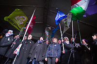 "UNGARN, 05.01.2019, Budapest V. Bezirk. Demonstration der Gewerkschaften und der Opposition auf dem Kossúth-Platz vor dem Parlament gegen das von der Fidesz-Regierung eingebrachte ""Sklavengesetz"", das die Zahl der moeglichen Ueberstunden massiv erhoeht und ihre Abrechnung erschwert: Die Vertreter der vereinten Opposition singen die Nationalhymne. 