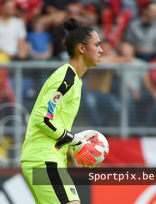 20170803 - BREDA , NETHERLANDS : Austrian Manuela Zinsberger   pictured during the female soccer game between Denmark and Austria  , the semi final at the Women's Euro 2017 , European Championship in The Netherlands 2017 , Thursday 3th of August 2017 at Stadion Rat Verlegh in Breda , The Netherlands PHOTO SPORTPIX.BE | DIRK VUYLSTEKE