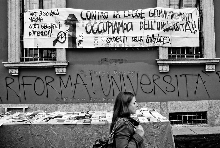 milano, scritte sul muro dell'università statale contro la riforma dell'istruzione --- milan, writings on the wall of the state university against the school reform