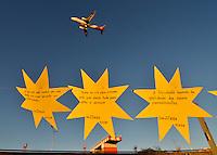 SÃO PAULO, SP, 17.07.2016 - TAM-HOMENAGEM - Estrelas de papel foram colocadas no Memorial 17 de Julho em São Paulo, para lembrar os 9 anos da queda do avião da TAM JJ-3054, que matou 199 pessoas . (Foto: Levi Bianco\Brazil Photo Press)