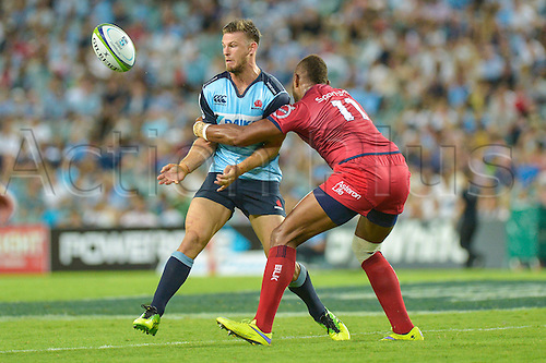 27.02.2016.  Sydney, Australia. Super Rugby. NSW Waratahs versus Queensland Reds. Waratahs Rob Horne passes before Reds winger Eto Nabuli can tackle him. The Waratahs won 30-10.