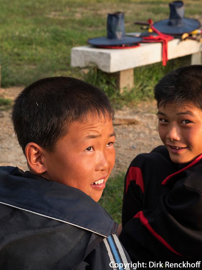 Zuschauer bei Ballspiel bei Tempel Songbul, Nordkorea, Asien<br /> boys near temple Songhul, North Korea, Asia