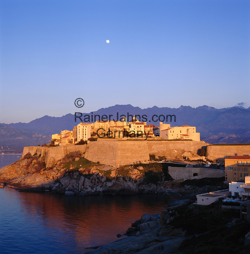 France, Corsica, Calvi: View of Town at Sunrise | Frankreich, Korsika, Calvi: die Stadt bei Sonnenaufgang