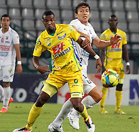 MANIZALES -COLOMBIA- 3 -10--2013. Sergio Herrera  (Der) del Once Caldas disputa el balon contra Didier Moreno (Izq)  del Atletico Huila , partido correspondiente a la treceava fecha de La Liga Postobon segundo semestre jugado en el estadio Palogrande /  Sergio Herrera (R) of Once Caldas dispute the ball against  Didier Moreno (L) of Atletico Huila , the thirteenth game in La Liga Postobon date second half played in the Palogrande  .Photo: VizzorImage / Yonboni / Stringer