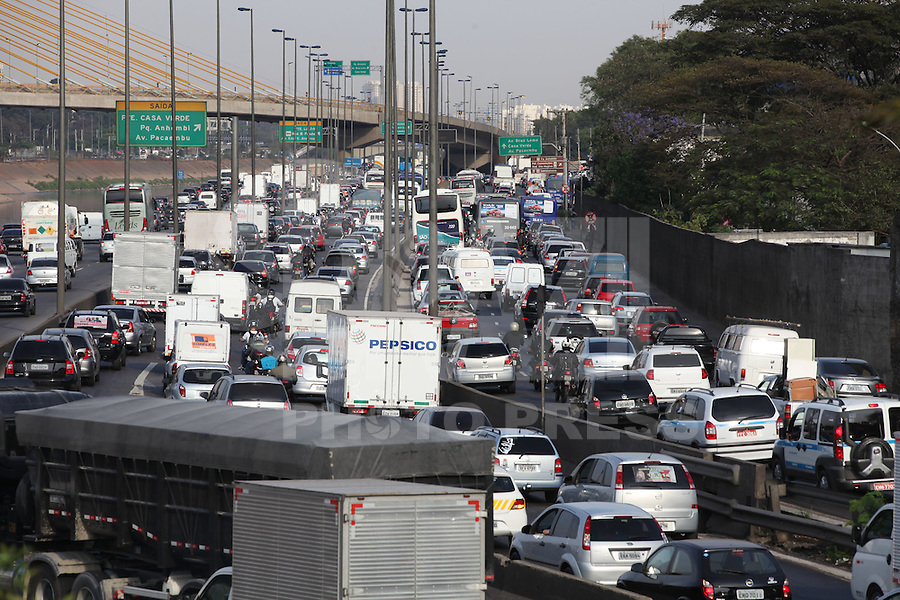 FOTO EMBARGADA PARA VEICULOS INTERNACIONAIS. SAO PAULO, SP, 19-09-2012, TRANSITO. A Marginal Tiete apresenta trafego intenso na direcao da Rod Castelo Branco na manha de hj (19). Luiz GUarnieri/ Brazil Photo Press.