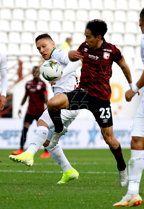 MANIZALES-COLOMBIA, 14-09-2019: Javier Reina de Once Caldas y Fabián Sambueza de Independiente Santa Fe disputan el balón, durante partido de la fecha 11 entre Once Caldas y el Independiente Santa Fe, por la Liga de Aguila II 2019 en el estadio Palogrande en la ciudad de Manizales. / Javier Reina of Once Caldas Fabian Sambueza of Independiente Santa Fe figth for the ball, during a match of the 11th date between Once Caldas and Independiente Santa Fe, for the Aguila Leguaje II 2019 at the Palogrande stadium in Manizales city. Photo: VizzorImage  / Santiago Osorio / Cont.
