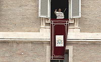 """Papa Francesco saluta i fedeli prima di recitare la preghiera del """"Regina Coeli"""" dalla finestra del Palazzo Apostolico affacciata su piazza San Pietro, Città del Vaticano, 22 aprile 2019.<br /> Pope Francis waves as he arrives to lead the Regina Coeli prayer from the window of the apostolic palace overlooking St Peter's square at the Vatican, on April 22, 2019.<br /> UPDATE IMAGES PRESS/Isabella Bonotto<br /> <br /> STRICTLY ONLY FOR EDITORIAL USE"""