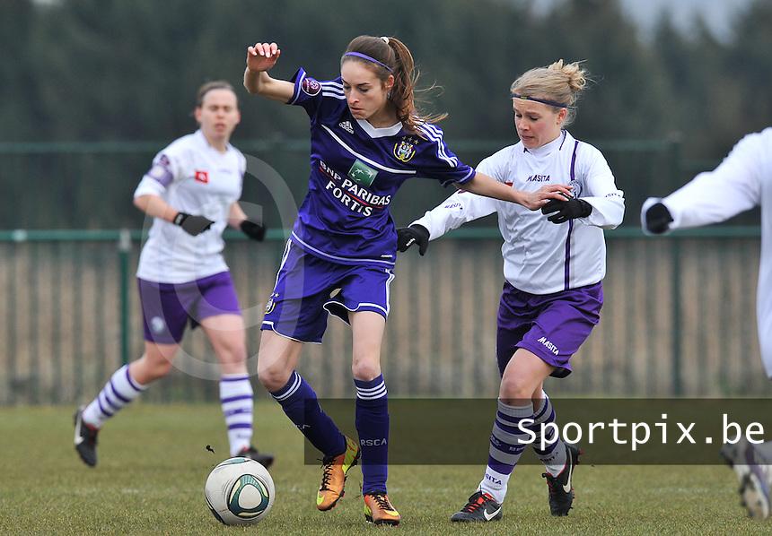 RSC Anderlecht Dames - Beerschot : Tessa Wullaert aan de bal voor Judith Van Bulck.foto DAVID CATRY / Vrouwenteam.be