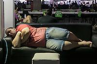 """SÃO PAULO, SP. 05.02.2015 - CAMPUS PARTY 2015/ PARTICIPANTES DORMEM NOS SOFÁS - """"Campuseiros"""" dormem nos sofás durante a manhã deste terceiro dia da Campus Party 2015, nesta quinta-feira (5), na zona sul de São Paulo. (Foto: Taba Benedicto / Brasil Photo Press)"""