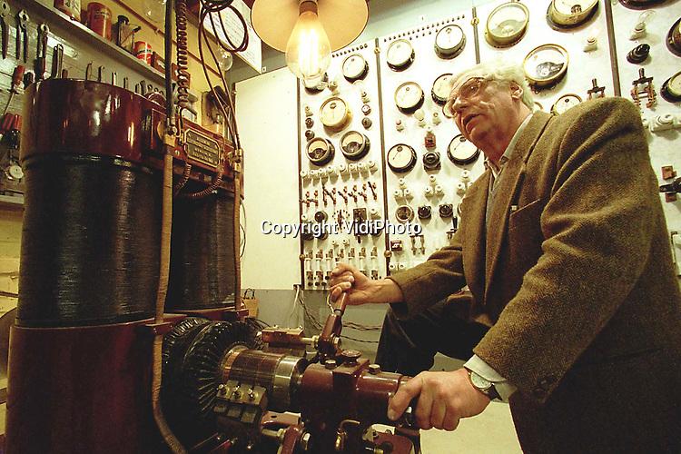 Foto: VidiPhoto..HOENDERLOO - Conservator M. Ritmeester zet een  historische dynamo in werking. De directeur van het Nederlands Elektriciteitsmuseum in Hoenderloo op de Veluwe is woedend op de Nuon. Het energiebedrijf heeft namelijk besloten om de jaarlijkse subsidie van 5000 gulden aan het museum stop te zetten. Nuon wil alleen nog maar grote projecten sponsoren. Omdat ook andere grote donateuren dat voorbeeld nu lijken te volgen, dreigt er voor het museum een tekort van 17.000 gulden.