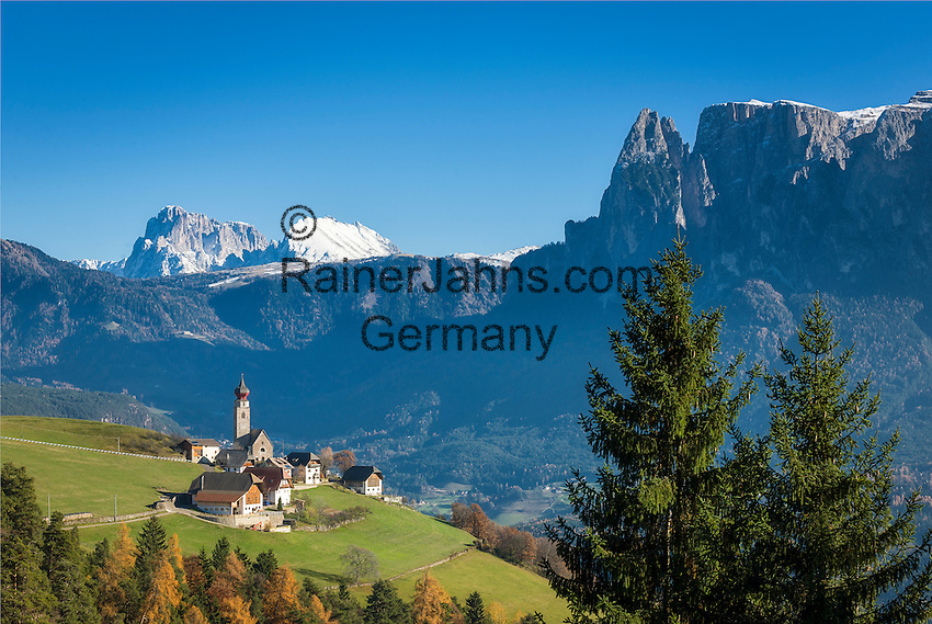 Italy, Alto Adige - Trentino (South Tyrol), Renon: view across village Monte di Mezzo with church St. Nikolaus (built 1200) towards the Dolomites with Sassolungo (Langkofel), Sasso Piatto (Plattkofel) and Sciliar (Schlern) mountains | Italien, Suedtirol (Alto Adige-Trentino), Ritten: Blick ueber Mittelberg am Ritten mit der St. Nikolauskirche (erbaut um 1200) in die Dolomiten mit Langkofel, Plattkofel und dem Schlern (rechts)