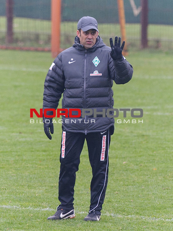 04.12.2013, Trainingsgelaende, Bremen, GER, 1.FBL, Training Werder Bremen, im Bild Robin Dutt (Trainer Werder Bremen)<br /> <br /> Foto &copy; nph / Frisch