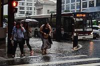 ATENCAO EDITOR: FOTO EMBARGADA PARA VEICULOS INTERNACIONAIS. SAO PAULO, SP, 13 DE DEZEMBRO DE 2012 - Chuva forte atinge a capital no fim da tarde detsa quinta feira, 13, Avenida Paulista, regiao central da capital. FOTO: ALEXANDRE MOREIRA - BRAZIL PHOTO PRESS.