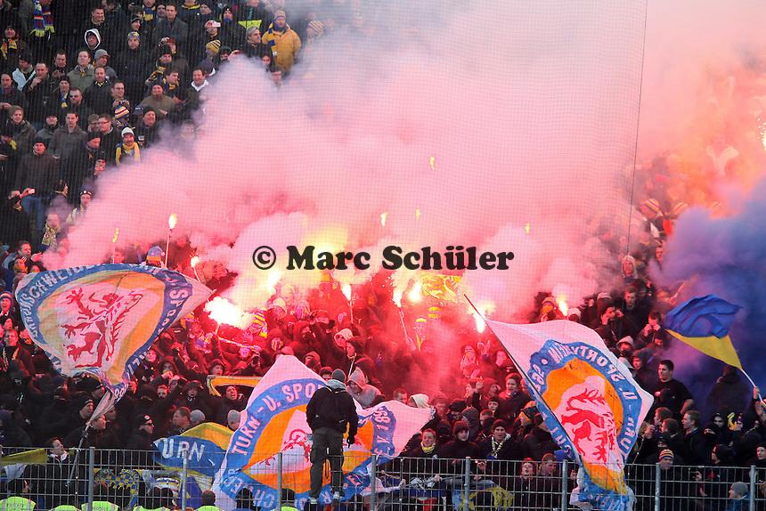 Braunschweiger Fans zünden Pyrotechnik im Block