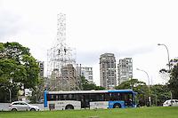 SAO PAULO, SP - 04.11.2015 - ÁRVORE-IBIRAPUERA - Vista da montagem da Árvore de Natal do Parque do Ibirapuera, na zona sul de São Paulo na tarde desta quarta-feira (04). (Foto: Fabricio Bomjardim / Brazil Photo Press)