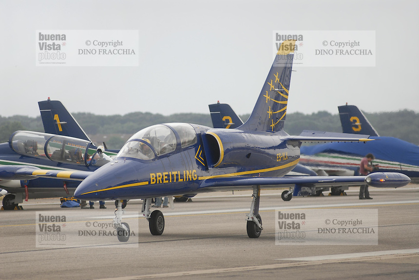- air acrobatic team Breitling, with Aero L-39 Albatros aircraft built in Czechoslovakia, is the world's only civilian  formation team flying jet-engined aircraft....- pattuglia acrobatica Breitling, su aerei di costruzione cecoslovacca Aero L-39 Albatros, l'unica pattuglia acrobatica civile al mondo che vola su aerei a reazione