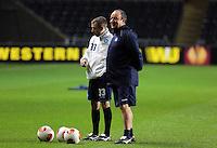 Napoli manager Rafa Benitez (R) during training