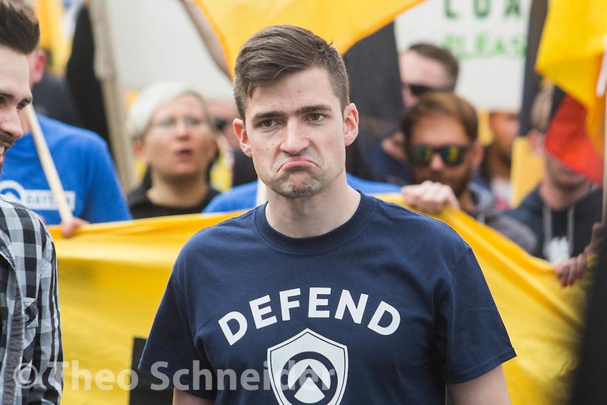 """Martin Sellner, von der """"Identitären Bewegung Österreich"""" //  Rund 100 Anhänger der """"Identitären Bewegung"""" zogen zum 17. Juni durch Berlin-Mitte."""