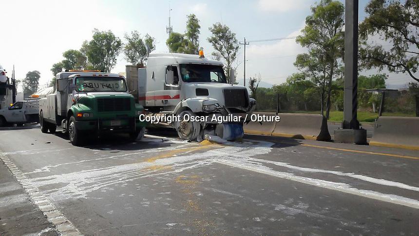 """Querétaro, Qro. 16 de junio de 2016.- Un choque ocasionó el cierre total de la circulación de la carretera de cuota Querétaro-Celaya en el kilómetro número 1. Una camioneta tipo """"estaquitas"""" fue alcanzada por un tráiler y proyectada en contra de otro camión de carga, no hubo personas lesionadas de gravedad."""