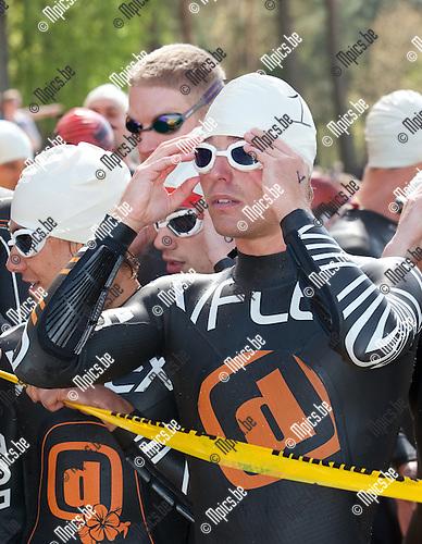 2013-05-05 / Thriathlon / seizoen 2013 / Sprint / Belgisch Kampioenschap / Mannen / Simon De Cuyper maakt zich klaar voor het zwemmen.