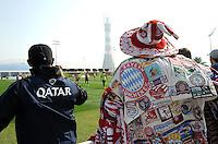Fussball 1. Bundesliga:  Saison   2011/2012    Winter Trainingslager des FC Bayern Muenchen  03.01.2012 FC Bayern Fan Michael (re) , Spitzname BUSCHMANN  und ein katarischer FC Bayern Fan schauen beim Training zu.